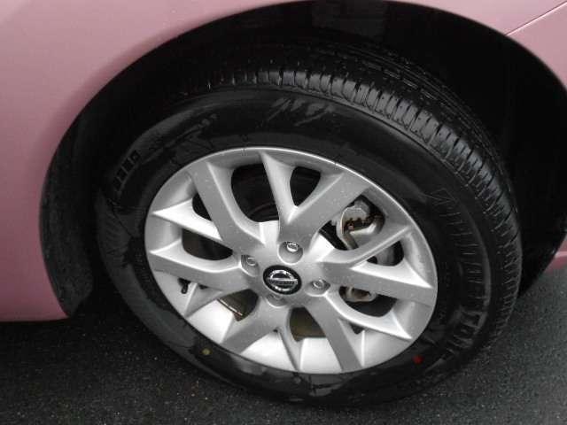 足元を引き締める15インチタイヤと純正アルミホイール装備、スチールホイールより軽く低燃費に貢献します。