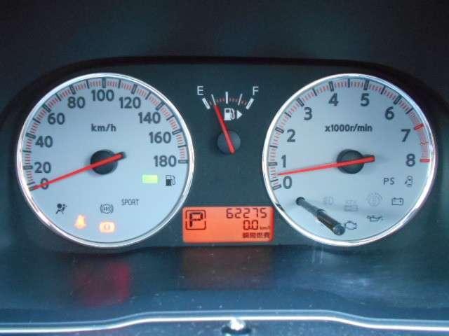航続可能距離・瞬間燃費・平均燃費なども表示でき、昼夜を問わず視認性に優れた見やすいメーター