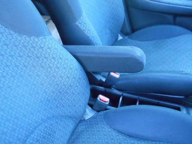 フロントシートにはセンターアームレスト付き、長時間の運転で疲れた腕を乗せてください。