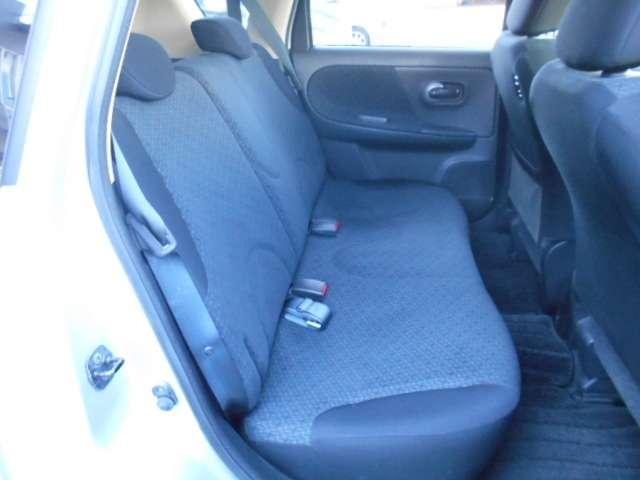 コンパクトな車ですが、後席も充分なスペースを確保しています。足元空間も広くリラックスしてドライブが楽しめます。