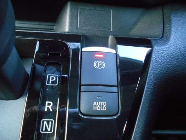 パーキングブレーキを指先で作動・解除できる電動パーキングブレーキ採用。シフト・アクセル操作に連動して自動で作動・解除もします。