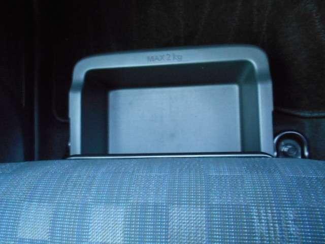 助手席シートの下に、取り外しができ便利な大容量の収納ボックスがあります。ドライブシューズやバッグの収納にも使えます。