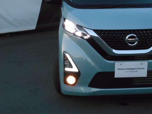 LEDヘッドライトは省電力ですが、純白光で驚くほど明るく夜道を照らしてくれます。さらに解錠操作に応じてLEDポジションライトを点灯させるフレンドリーライト機能を装備。
