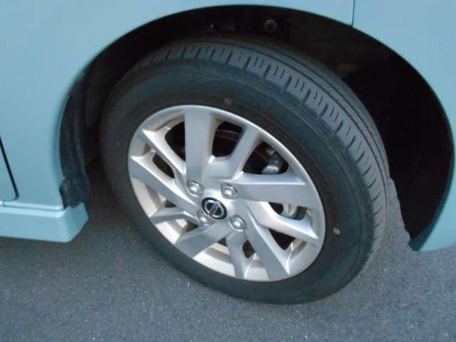 足元を引き締める14インチタイヤと純正アルミホイール装備、スチールホイールより軽く低燃費に貢献します。