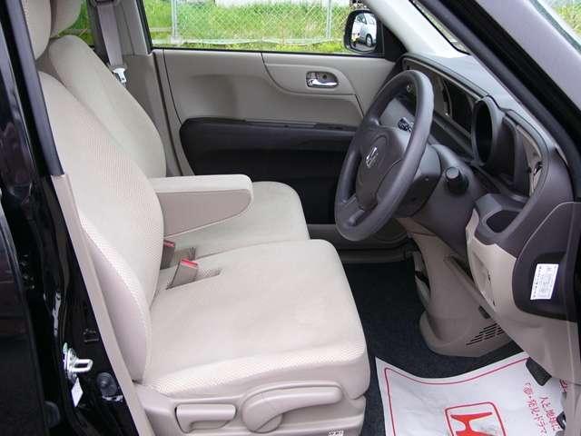 アームレスト付のベンチシートは快適! 運転席にはハイトアジャスターも付いています