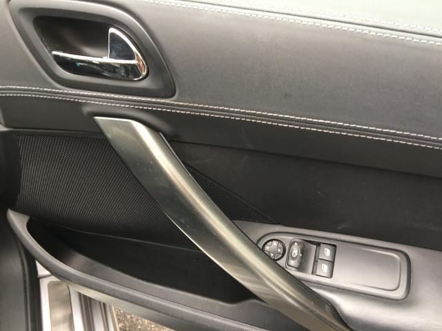 運転席ドア内側のスイッチ類です。白の配色ステッチがおしゃれです。