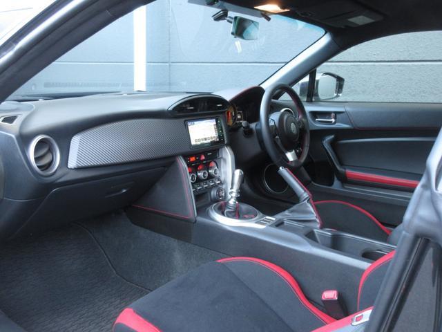 内装は人気のレッド&ブラック!!6速マニュアルですので、走るのも楽しい仕様です!!