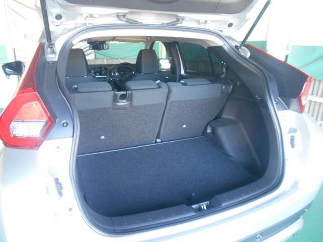 ラゲッジアンダーボックス付きラゲッジルーム/パンク応急修理キット(スペアタイヤ・ジャッキはありません)
