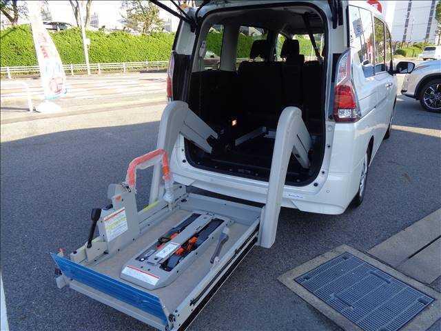 チェアキャブ リフタータイプ 車いす仕様サード1名 車椅子用スロープ 純正ナビゲーション TV 両側電動スライドドア プロパイロット アラウンドビューモニター 衝突軽減装置 レーダークルーズ(7枚目)