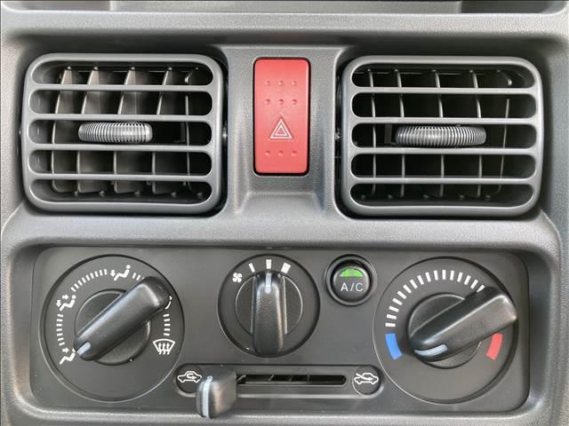 KCエアコン・パワステ セーフティサポート パワーステアリング ダイヤル式エアコン 横滑り抑制装置 三方開 Wエアバック ヘッドライトレベライザー オートライト 純正AMFMラジオ ワンオーナー 禁煙車 ハロゲンヘッドライト(6枚目)