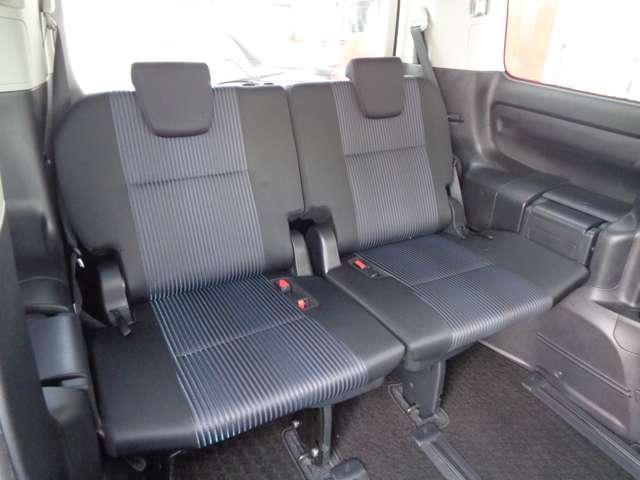 サードシートは足元もゆったりで長距離でも疲れにくい。低位置取り付けだから女性でも収納ラクラクでリヤサイドガラスからの運転視界も確保しています。