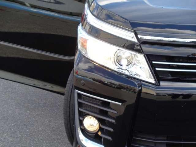 夜の運転をサポートするLEDヘッドライト。オートライトも装備しています。