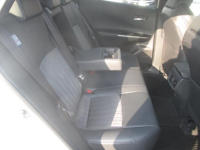 後部座席です。ドリンクホルダーも充実しております!