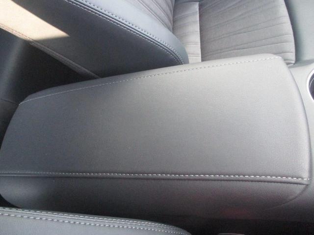 運転席と助手席の間のアームレストです。ステッチが施されておりオシャレです☆