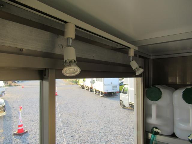KCスペシャル キッチンカー 移動販売車 ケータリングカー 跳ね上げ式窓 ステンレス3槽シンク コールドテーブル 脱着式カウンター LED照明 100V外部電源 換気扇 コンセント 給排水タンク 荷台設備新品(42枚目)