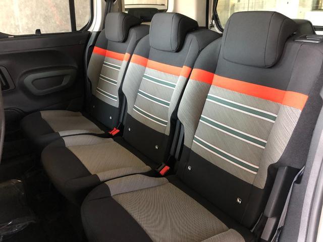 ワンタッチでシートバックが倒れ座面が沈み込むリア3座独立シートにより、さらに広大でフラットなスペースを簡単に作り出すことができます。