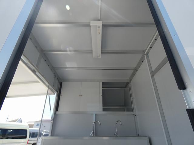KCエアコン・パワステ 移動販売車 キッチンカー 2槽シンク 給水20L連結タンク 排水20L連結タンク 電動給水ポンプ 足踏み式スイッチ 漏電ブレーカー LED室内照明 換気扇 100Vコンセント 外部電源 外部電源コード(13枚目)