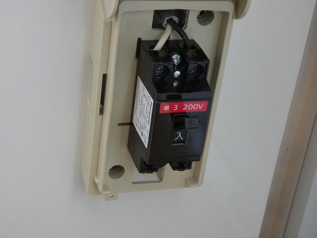 KCエアコン・パワステ 移動販売車 キッチンカー 2槽シンク 給水20L連結タンク 排水20L連結タンク 電動給水ポンプ 足踏み式スイッチ 漏電ブレーカー LED室内照明 換気扇 100Vコンセント 外部電源 外部電源コード(19枚目)