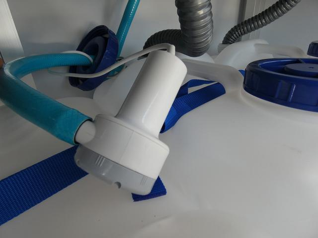 KCエアコン・パワステ 移動販売車 キッチンカー 2槽シンク 給水20L連結タンク 排水20L連結タンク 電動給水ポンプ 足踏み式スイッチ 漏電ブレーカー LED室内照明 換気扇 100Vコンセント 外部電源 外部電源コード(20枚目)