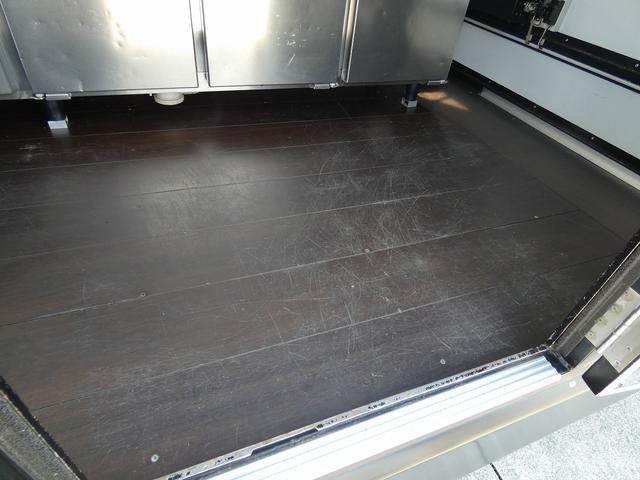 移動販売車 キッチンカー 4ナンバー登録 ホシザキ製コールドテーブル インバーター ライティングレール LED室内照明 アクリルウィンドウ 跳ね上げ式販売口 販売カウンター 外部電源 コンセント(11枚目)