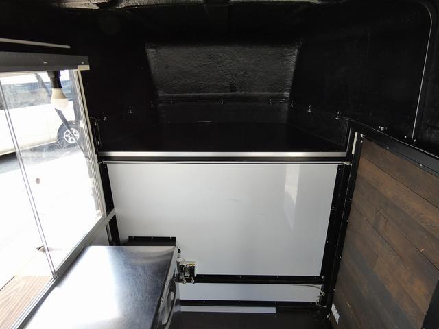 移動販売車 キッチンカー 4ナンバー登録 ホシザキ製コールドテーブル インバーター ライティングレール LED室内照明 アクリルウィンドウ 跳ね上げ式販売口 販売カウンター 外部電源 コンセント(12枚目)