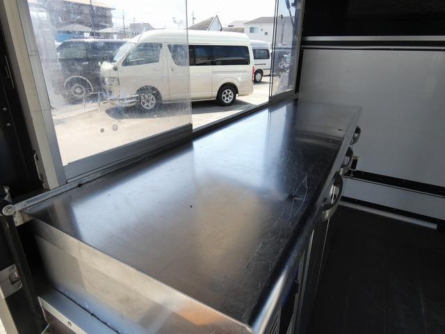 移動販売車 キッチンカー 4ナンバー登録 ホシザキ製コールドテーブル インバーター ライティングレール LED室内照明 アクリルウィンドウ 跳ね上げ式販売口 販売カウンター 外部電源 コンセント(15枚目)