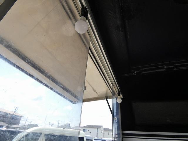 移動販売車 キッチンカー 4ナンバー登録 ホシザキ製コールドテーブル インバーター ライティングレール LED室内照明 アクリルウィンドウ 跳ね上げ式販売口 販売カウンター 外部電源 コンセント(16枚目)