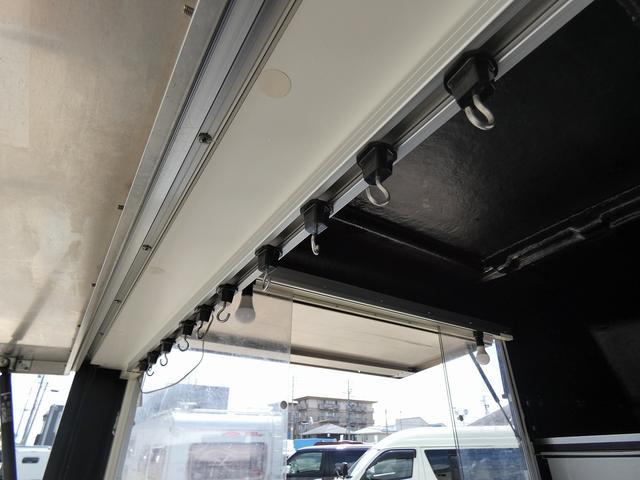移動販売車 キッチンカー 4ナンバー登録 ホシザキ製コールドテーブル インバーター ライティングレール LED室内照明 アクリルウィンドウ 跳ね上げ式販売口 販売カウンター 外部電源 コンセント(17枚目)