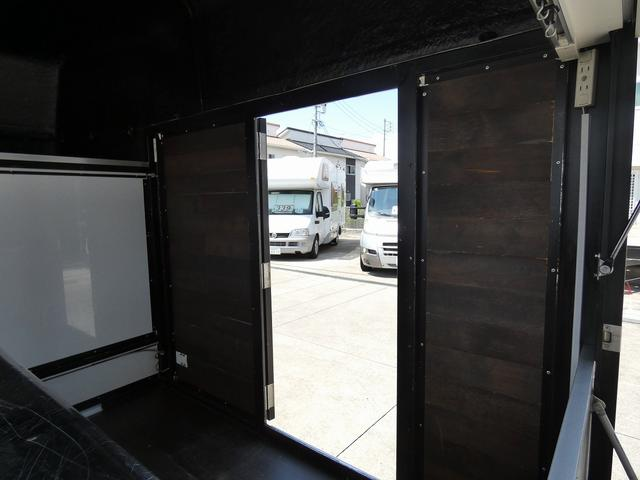 移動販売車 キッチンカー 4ナンバー登録 ホシザキ製コールドテーブル インバーター ライティングレール LED室内照明 アクリルウィンドウ 跳ね上げ式販売口 販売カウンター 外部電源 コンセント(18枚目)