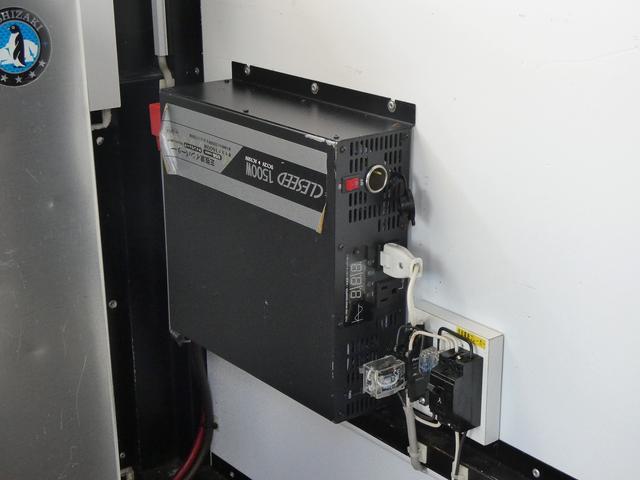 移動販売車 キッチンカー 4ナンバー登録 ホシザキ製コールドテーブル インバーター ライティングレール LED室内照明 アクリルウィンドウ 跳ね上げ式販売口 販売カウンター 外部電源 コンセント(21枚目)