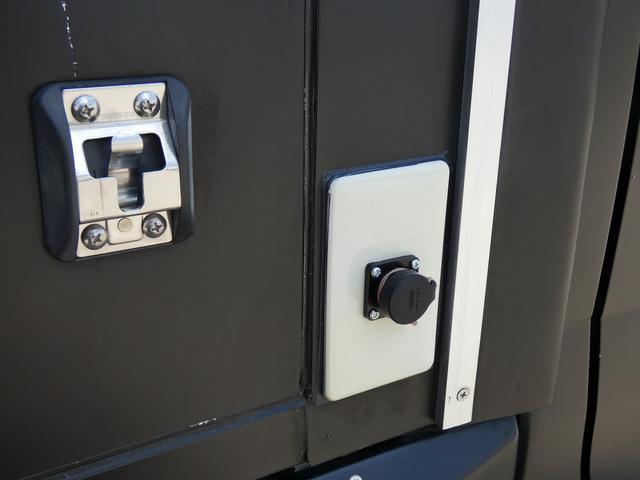 移動販売車 キッチンカー 4ナンバー登録 ホシザキ製コールドテーブル インバーター ライティングレール LED室内照明 アクリルウィンドウ 跳ね上げ式販売口 販売カウンター 外部電源 コンセント(29枚目)