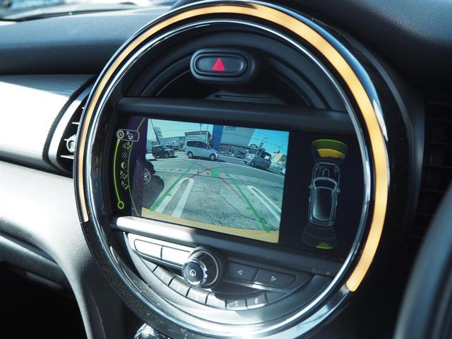 カラーバックカメラで後方確認も安心です。駐車が苦手な方にもオススメな便利機能!