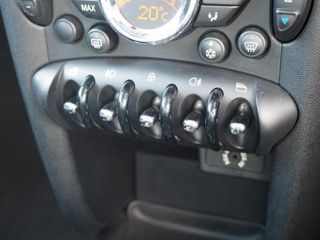クーパーS サンルーフ ジョンクーパーワークス専用エアロ&17インチAW 禁煙車 ハーフレザースポーツシート パドルシフト チェック柄ミラーカバー AUX外部接続端子 オートエアコン キーレス キセノン ETC(11枚目)