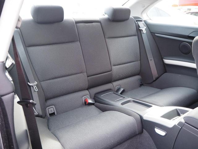 後部座席はゆったりくつろげるスペースがあり、快適な乗り心地です!