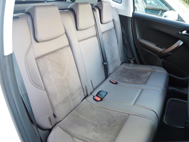 デザイン性の高いハーフレザーシートは座面と背もたれ部がアルカンターラ生地になっており、質感の高いシートです!