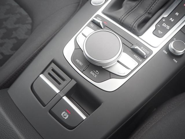 「コマンドコントローラー」でナビや各種設定を操作可能!左右に回して使うダイヤルを搭載!!
