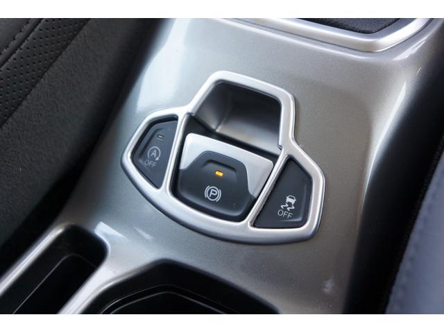 電子制御式サイドブレーキ採用で、センターコンソールのデザインがスッキリされています!また、アイドリングSTOP機能も搭載しており、環境にも配慮された車輛です!