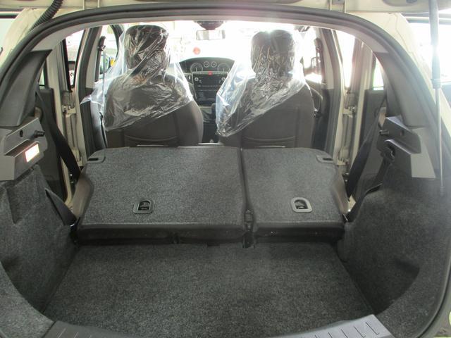 ラゲッジルームは広いとは言えませんが、リヤシートを倒せばそれなりの容量があります。