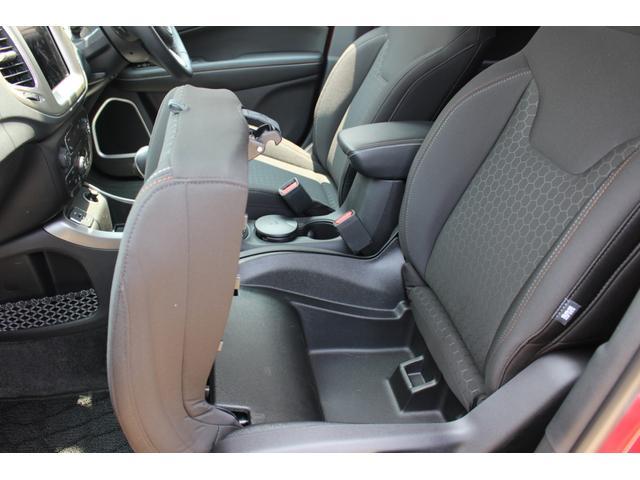 フロント助手席の座面下にも、収納スペースが設けられています。使えば使うほどSUVとしての魅力が高まりそうな予感。