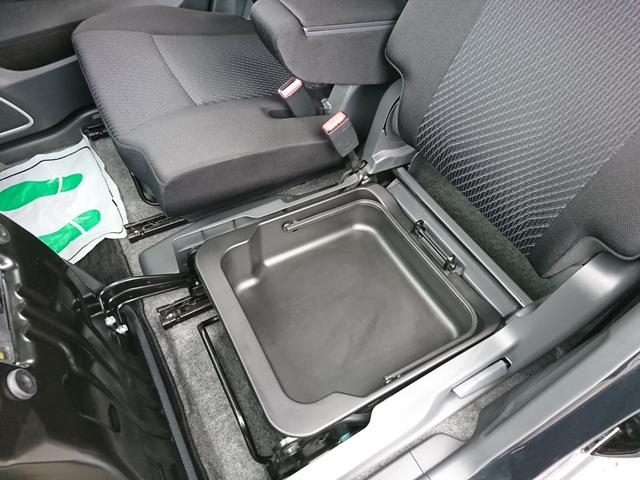 助手席下には、ボックス収納が隠れています。取っ手付きなので持ち運びに便利です。