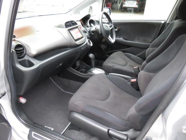 フロントシートは適度なホールド性があり、長距離運転でも疲れにくいという利点があります♪
