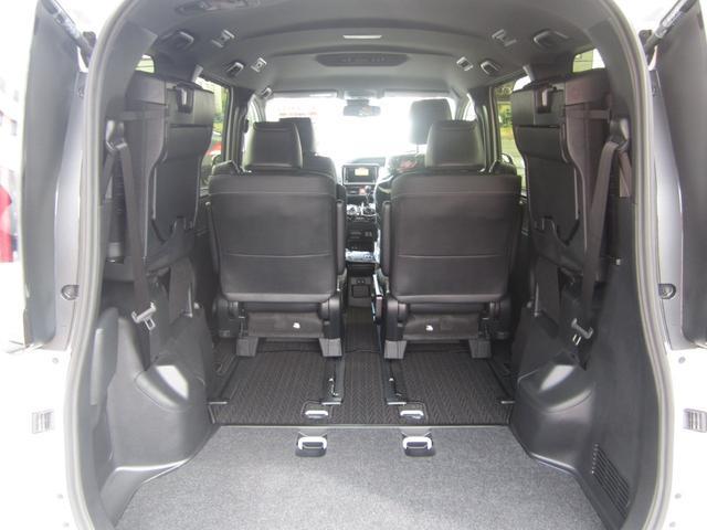Gi プレミアムパッケージ ブラックテーラード 4WD 寒冷地仕様 トヨタセーフティセンス 両側パワースライドドア ステアリングヒーター シートヒーター クリアランスソナー 7人乗り 登録済未使用車(10枚目)