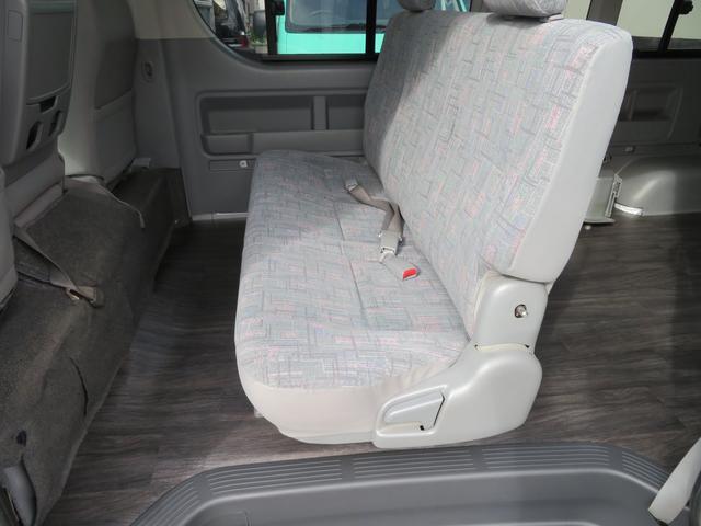 セカンドシートは3人乗りの乗り心地快適なタイプのシートです。