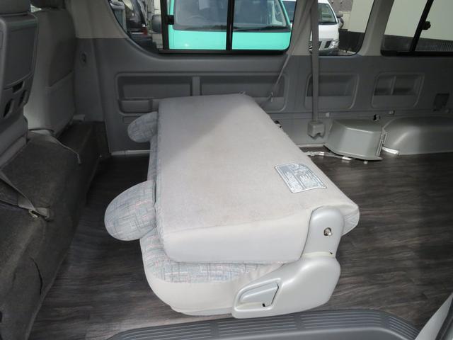 セカンドシートをたたんで広くお荷物積み込み可能!