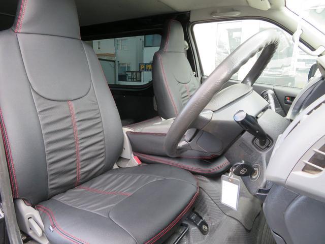 内装のシートカバーもプレミアムブラックレーベルのレッドステッチタイプ