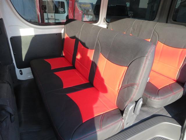 後ろのシートは2列の6人分を確保、フロントとあわせて合計9人乗車可能です。