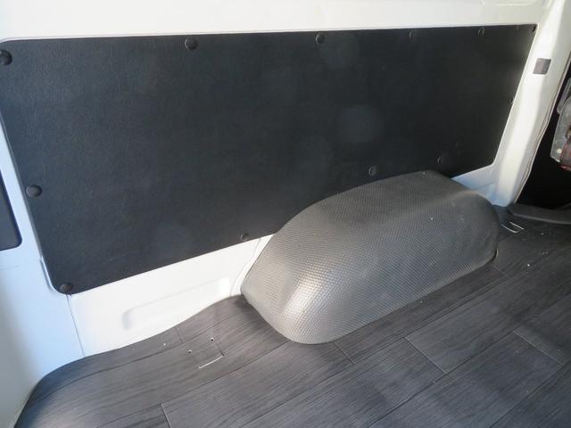 内装はブラックレーベル標準のシープスキンブラックレザーパネルを取り付け、内装がラグジュアリーにグーレードアップします。