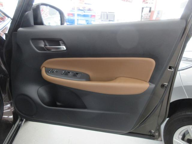 e:HEVリュクス 4WD ホンダセンシング ホンダコネクト フルLEDヘッドライト シートヒーター ステアリングヒーター アームレスト付センターコンソールボックス Qi規格ワイヤレス充電器 本革ブラウン内装(51枚目)