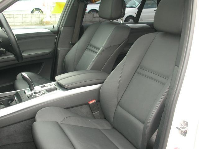 バックモニターも装備して充実内装の綺麗なブラック本革でセカンドシート倒してフルフラットに収納スペース充実、、、、