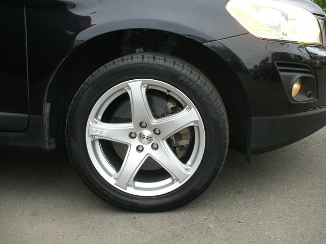 黒く輝くSUVボディに足回りは特選シルバーポリッシュXCスポーク18AWのワイドタイヤトレッドアルミ装着!!